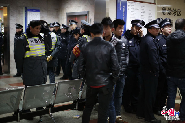Cảnh sát được huy động để đảm bảo trật tự an ninh tại bệnh viện nơi các bệnh nhân đang được cấp cứu