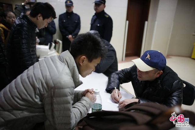 Cảnh sát lấy lời khai của các nạn nhân trong vụ giẫm đạp kinh hoàng tại Thượng Hải