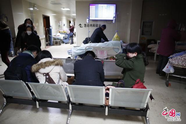 Người thân của các nạn nhân chờ tại bệnh viện
