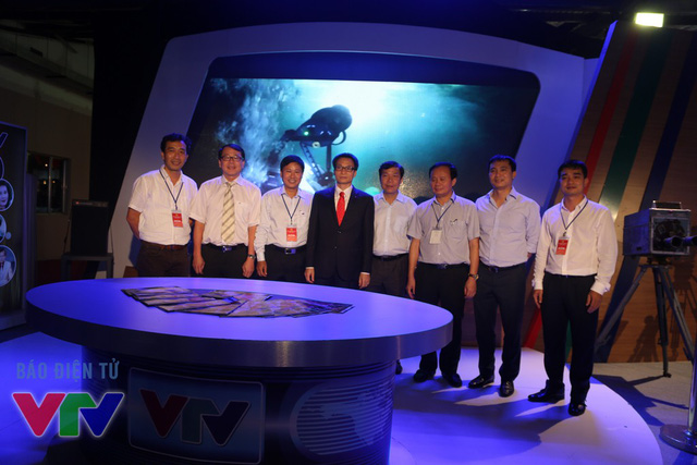 Phó Thủ tướng Vũ Đức Đam chụp hình lưu niệm cùng các cán bộ của Đài THVN