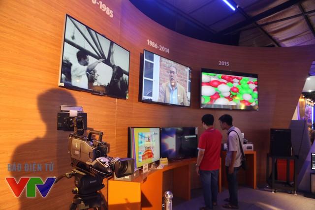 Các màn hình trình chiếu nội dung thể hiện sự phát triển của Đài THVN qua các thời kỳ