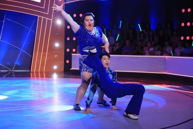 """""""Hot girl trăm ký"""" Thủy Tiên cùng bạn nhảy Sơn Lâm mang đến bài nhảy ấn tượng trên nền nhạc bài Dancing Queen. So với các tuần trước đó, tuần này Sơn Lâm đã bê được Thủy Tiên để quay 3 vòng."""