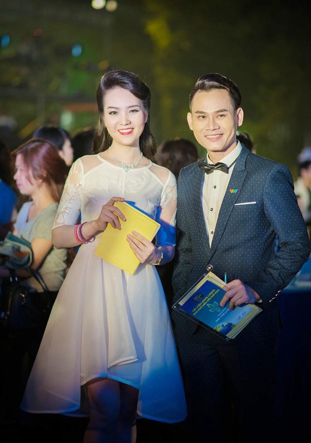 Tối 23/3, trong bộ đầm trắng duyên dáng, Thụy Vân có mặt tại Quảng trường Cách mạng Tháng 8 (Hà Nội), đảm nhận vai trò MC sự kiện Giờ Trái Đất. Đồng hành cùng cô là MC Hồng Phúc.