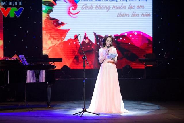 Góp mặt trong đêm nhạc Phú Quang, Á hậu Thụy Vân đóng vai trò MC.