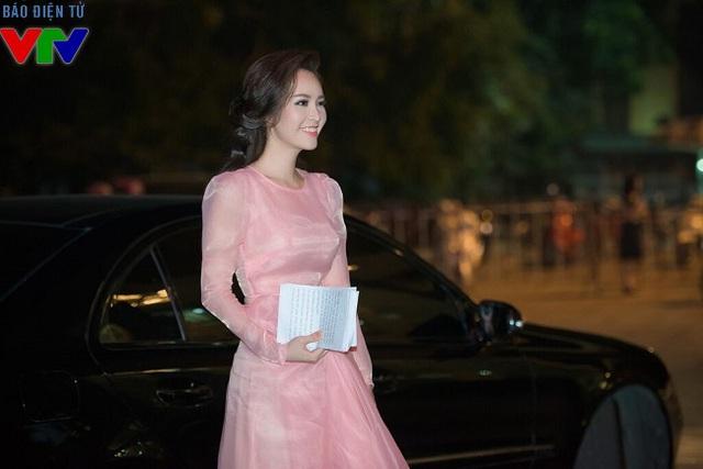 Á hậu Thụy Vân xuất hiện với vai trò là MC trong chương trình ca nhạc của nhạc sĩ Phú Quang.