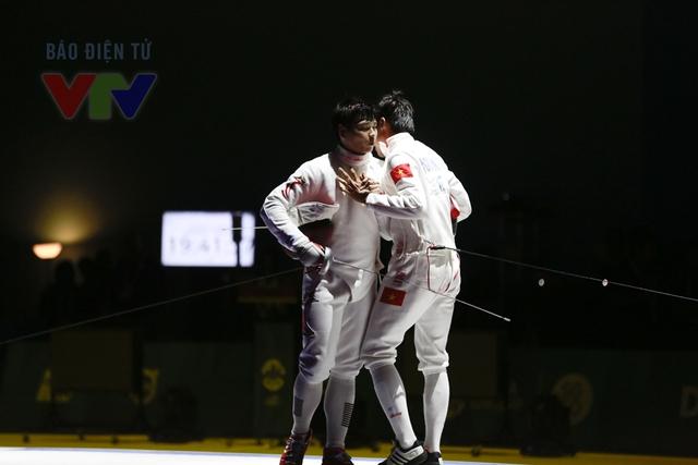 Sau trận đấu, 2 tay kiếm bước tới bên nhau và thể hiện tinh thần thượng võ.