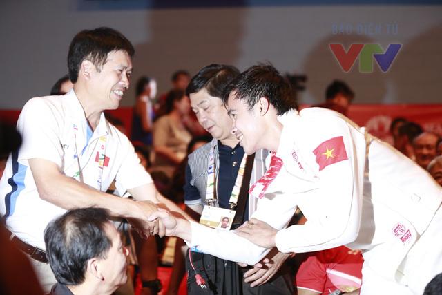 Sau khi chính thức đăng quang ở nội dung kiếm 3 cạnh, Nguyễn Tiến Nhật đã chạy tới chia vui với các lãnh đạo của thể thao Việt Nam.
