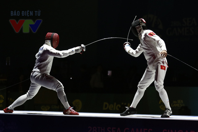Tuy nhiên, đối thủ của Nguyễn Tiến Nhật ở trận chung kết là Wei Wen LIM (mặt nạ đỏ) của Singapore cũng tỏ ra không hề dễ chơi.