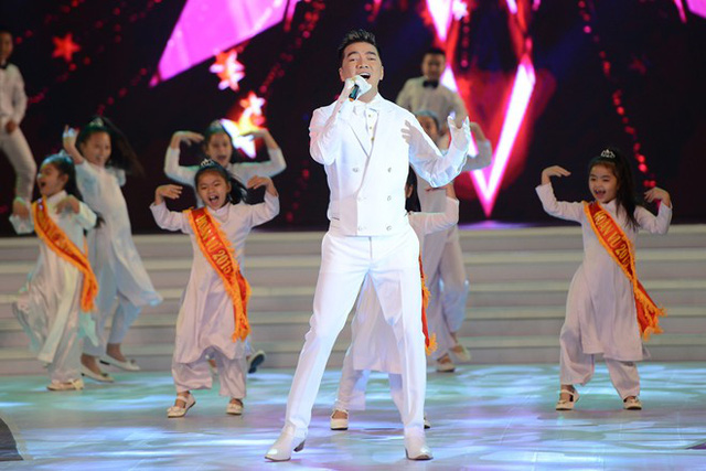 Đàm Vĩnh Hưng mang đến đêm chung kết hai màn trình diễn sôi động (Ảnh: Tuấn Mark/Zing)