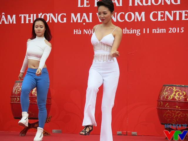 Tóc Tiên xuất hiện với tư cách là khách mời đến tham dự Lễ khai trương TTTM Vincom Nguyễn Chí Thanh
