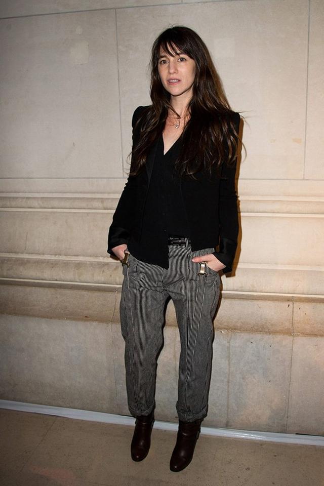 Charlotte Gainsbourg diện áo vest kết hợp với mốt quần xắn gấu. Cô rất nổi tiếng qua vai nữ chính trong bộ phim Nymphomaniac (Người đàn bà cuồng dâm).