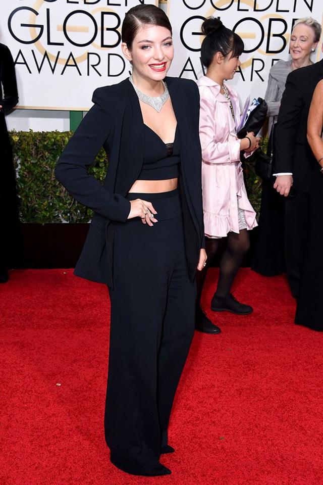 Trên thảm đỏ Lễ trao giải Quả Cầu Vàng vừa qua, nữ ca sĩ Lorde đã diện trang phục vest đầy gợi cảm - một thiết kế của Narciso Rodriguez.