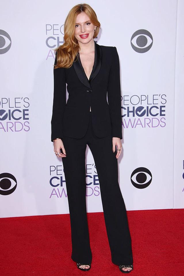 Xuất hiện trên thảm đỏ giải Peoples Choice ở Los Angeles (Mỹ) năm nay, nữ diễn viên Bella Thorne trở nên đơn giản nhưng thanh lịch với bộ vest đen.