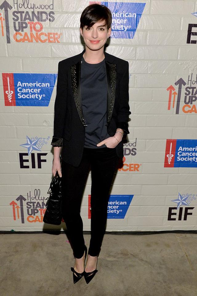Nữ diễn viên Anne Hathaway diện cả bộ vest đen trong lần đi chơi gần đây, trang phục trông rất phù hợp với mái tóc ngắn của cô.