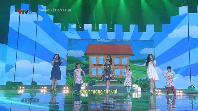 Ca sĩ Hoàng Yến, Mai Trang và Hương Lan cùng các thí sinh Đồ Rê Mí 2015