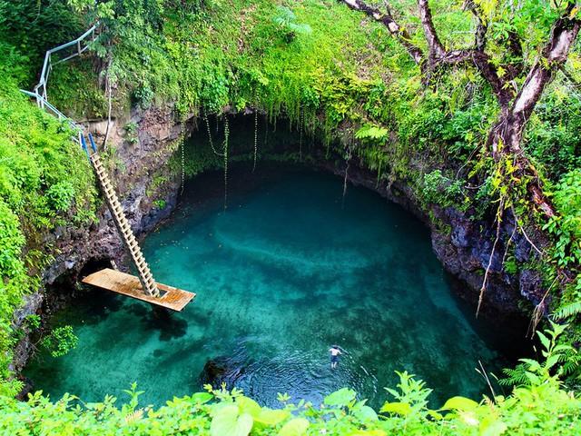 Hồ Tosua với làn nước xanh trong vắt nằm tại Samoa