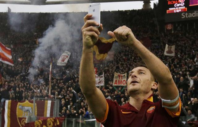 Totti và pha ăn mừng bàn thắng theo kiểu selfie ấn tượng.
