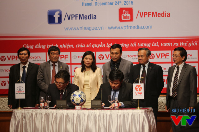 ông Yoshihisa Maruta – Tổng Giám đốc Công ty Ô tô Toyota Việt Nam và ông Cao Văn Chóng - Tổng Giám đốc VPF đặt bút ký kết hợp đồng.