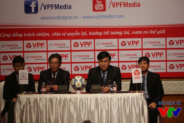 Ông Yoshihisa Maruta - Tổng Giám đốc công ty ô tô Toyota Việt Nam (TMV) và ông Cao Văn Chóng – Tổng Giám đốc VPF (phải) trả lời các thắc mắc về vấn đề tài trợ cho V.League 2016.