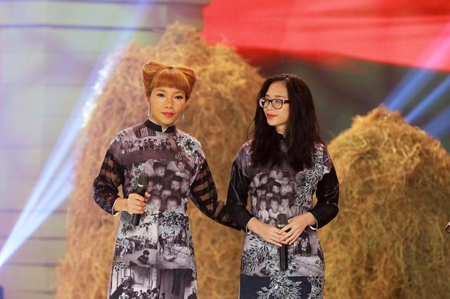 Ca sĩ Trần Thu Hà cùng bé My Anh thể hiện ca khúc Hạt gạo làng ta của nhạc sĩ Trần Viết Bính, phổ thơ Trần Đăng Khoa theo phong cách Acoustic.
