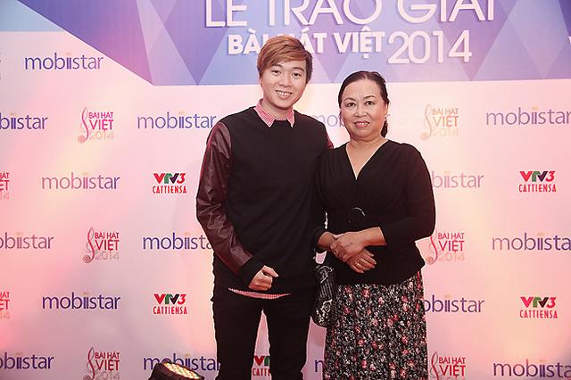 Tác giả Phạm Toàn Thắng đến lễ trao giải cùng mẹ.