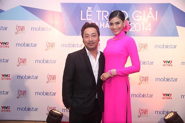 Đạo diễn Nguyễn Quang Dũng và Hoa hậu Nguyễn Thị May sẽ đảm nhận trao giải ở hạng mục Ca sĩ được khán giả yêu thích nhất do khán giả bình chọn.