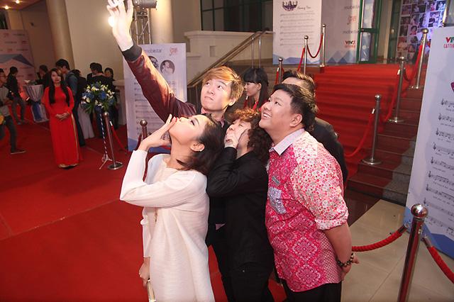 Tác giả Phạm Toàn Thắng, ca sĩ Thảo Nhi, tác giả Tiên Tiên chụp ảnh selfie trên thảm đỏ.