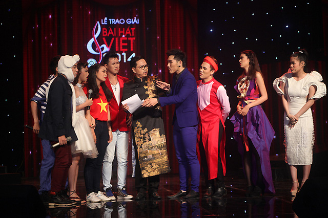 Tiết mục mở màn - tiết mục giới thiệu lại 9 ca khúc đã giành giải Bài hát của năm của Bài hát Việt trước năm 2014.