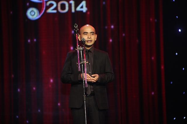 Nhạc sĩ Đức Trí đại diện Hội đồng thẩm định phát biểu mở màn Lễ trao giải Bài hát Việt 2014.