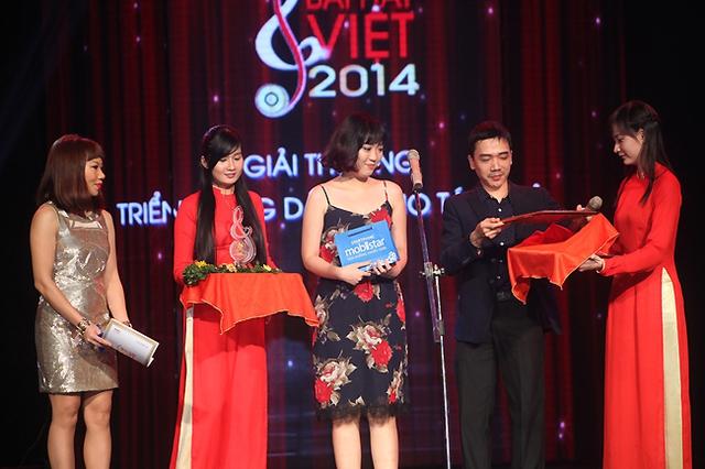 Tác giả Trần Nhật Hà nhận Giải triển vọng dành cho tác giả.