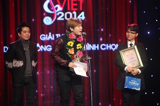 Phạm Toàn Thắng và Vũ Cát Tường nhận giải Giải thưởng do hội đồng báo chí bình chọn cho ca khúc Yêu xa và Bốn chữ lắm.