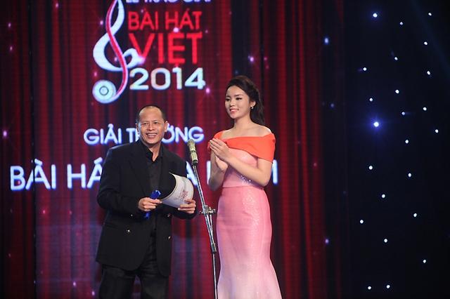 Tiến sĩ Quang Minh và Hoa hậu Việt Nam Nguyễn Cao Kỳ Duyên công bố giải Bài hát của năm - giải thưởng cao nhất của Bài hát Việt.