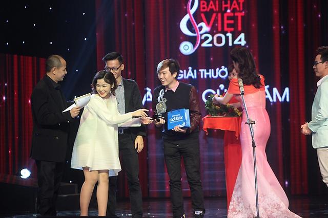 Và Bốn chữ lắm của Phạm Toàn Thắng đã trở thành ca khúc chiến thắng.
