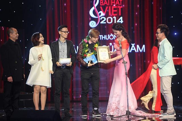 Bốn chữ lắm là Bài hát của năm của Bài hát Việt 2014. Phạm Toàn Thắng đã nhận giải cùng ê-kíp của anh - ca sĩ Thảo Nhi, Trúc Nhân và nhạc sĩ phối khí Duy Anh.