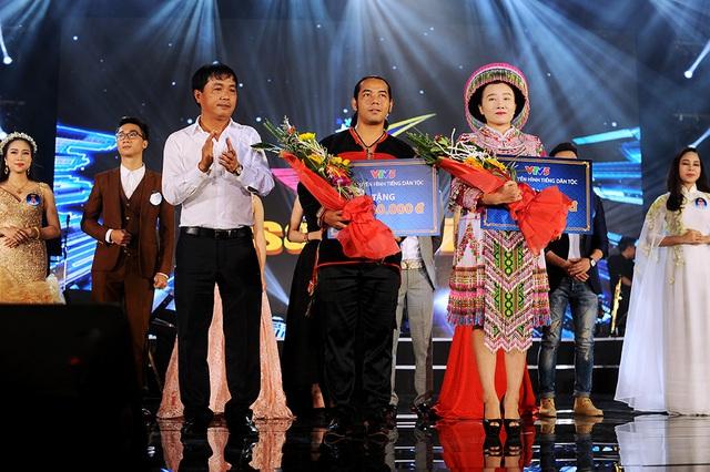 Hai thí sinh người dân tộc nhận được giải thưởng của BTC