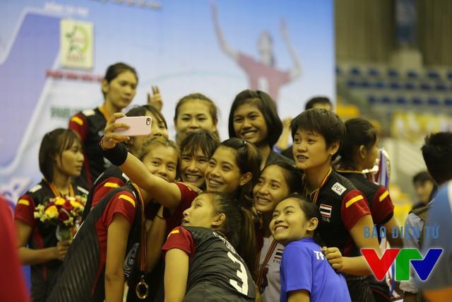 Các cô gái của U23 Thái Lan chụp ảnh tự sướng ăn mừng chức vô địch VTV Cup 2015