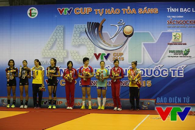 Các VĐV giành giải thưởng cá nhân trên bục trao giải