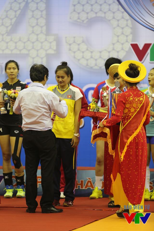 Linh Chi nhận vương miện Hoa khôi từ Tổng Giám đốc Đài THVN Trần Bình Minh