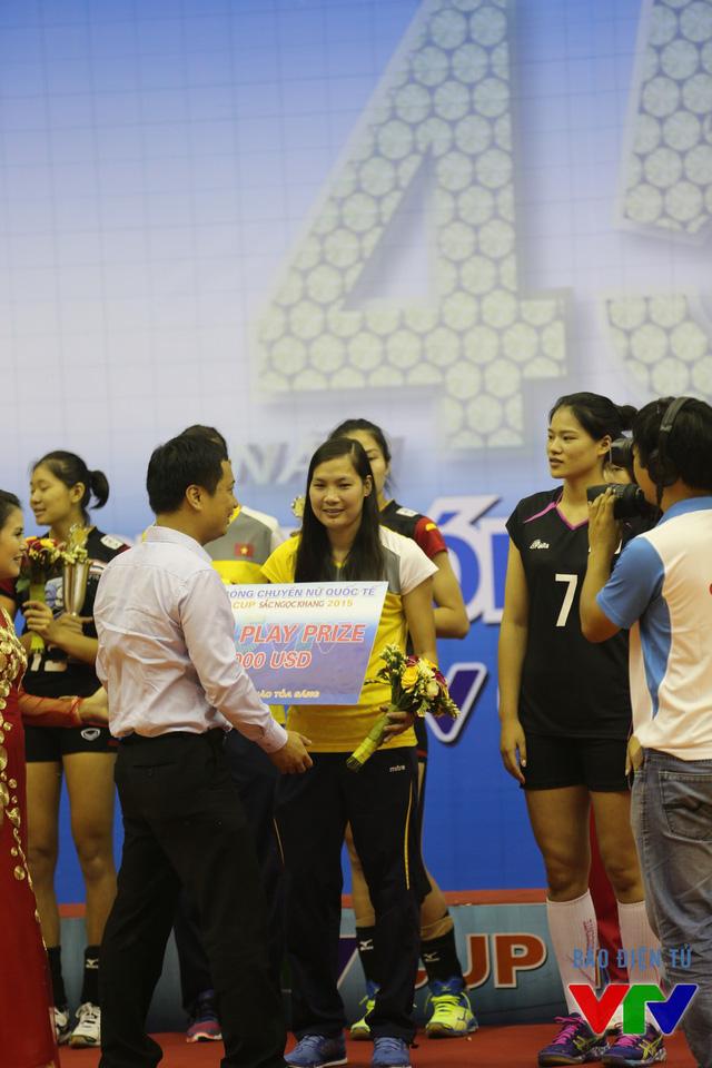 Đỗ Thị Minh thay mặt ĐT Việt Nam nhận giải Phong cách
