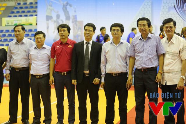 Tổng Giám đốc Đài THVN Trần Bình Minh chụp ảnh lưu niệm với BTC VTV Cup 2015