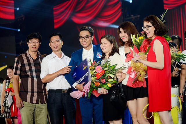 Với những nỗ lực không ngừng nghỉ trong nhiều năm qua, Tiến Hưng đã nhận được giải thưởng do khán giả bình chọn trong đêm CK toàn quốc dòng nhạc thính phòng.