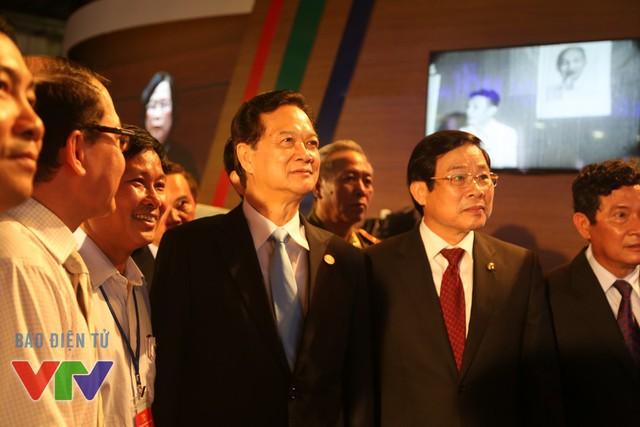 Thủ tướng Nguyễn Tấn Dũng chú ý theo dõi đoạn clip phát thử nghiệm theo công nghệ 4K
