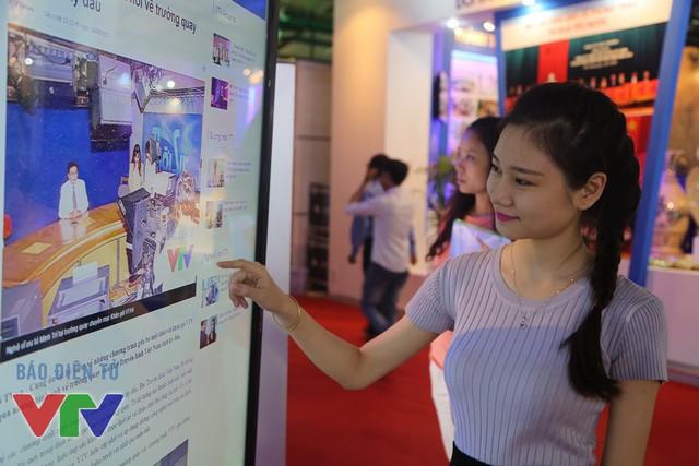 Một độc giả nữ đang đọc Báo điện tử VTV News trên màn hình cảm ứng