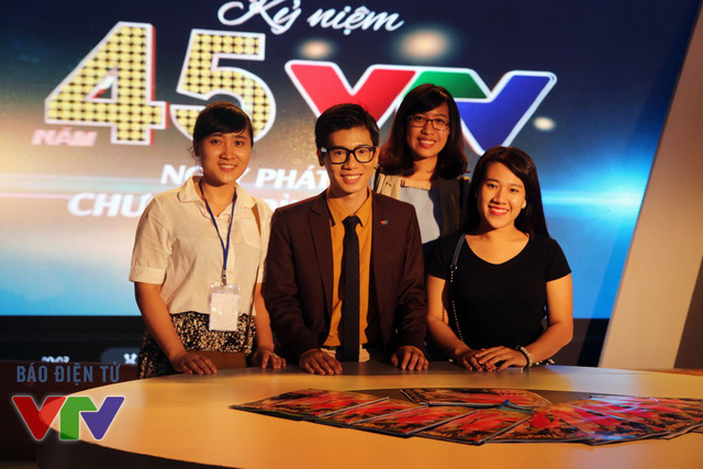 Các MC, BTV của VTV được rất nhiều khán giả hâm mộ đề nghị chụp ảnh cùng