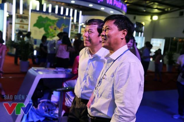 Phó Tổng Giám đốc VTV Nguyễn Thành Lương tham quan gian hàng.