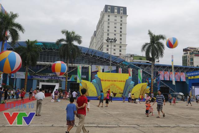Trong hai ngày cuối tuần, triển lãm đã thu hút được hàng vạn người dân Thủ đô và các tỉnh lân cận đến xem và tham gia các hoạt động sôi nổi.