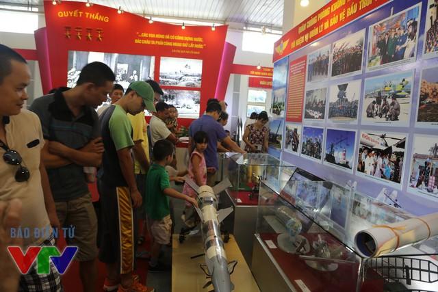 Tại đây, các bạn trẻ có thể tìm hiểu về các loại vũ khí, khí tài quân sự của quân đội nhân dân Việt Nam