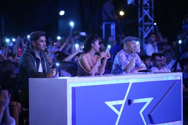 Khi chàng Việt kiều biểu diễn, khán giả cùng các chuyên gia đã cùng bật sáng điện thoại, chiếu sáng cho sân khấu.