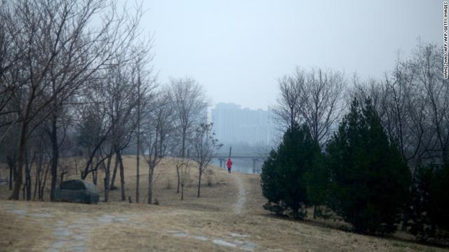 Công viên ở Bắc Kinh ảm đạm vắng người qua lại vì bầu không khí ô nhiễm.