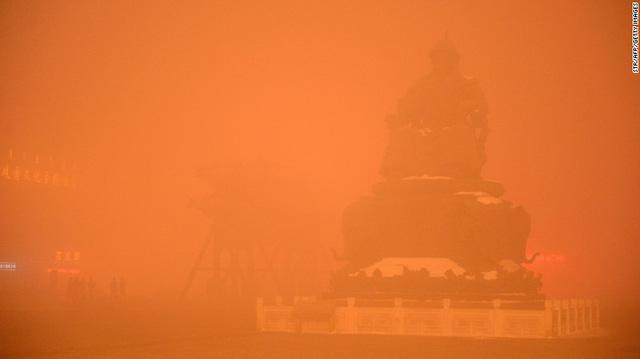 Tượng Thành Cát Tư Hãn mờ ảo ở thủ đô của Mông Cổ, Trung Quốc.